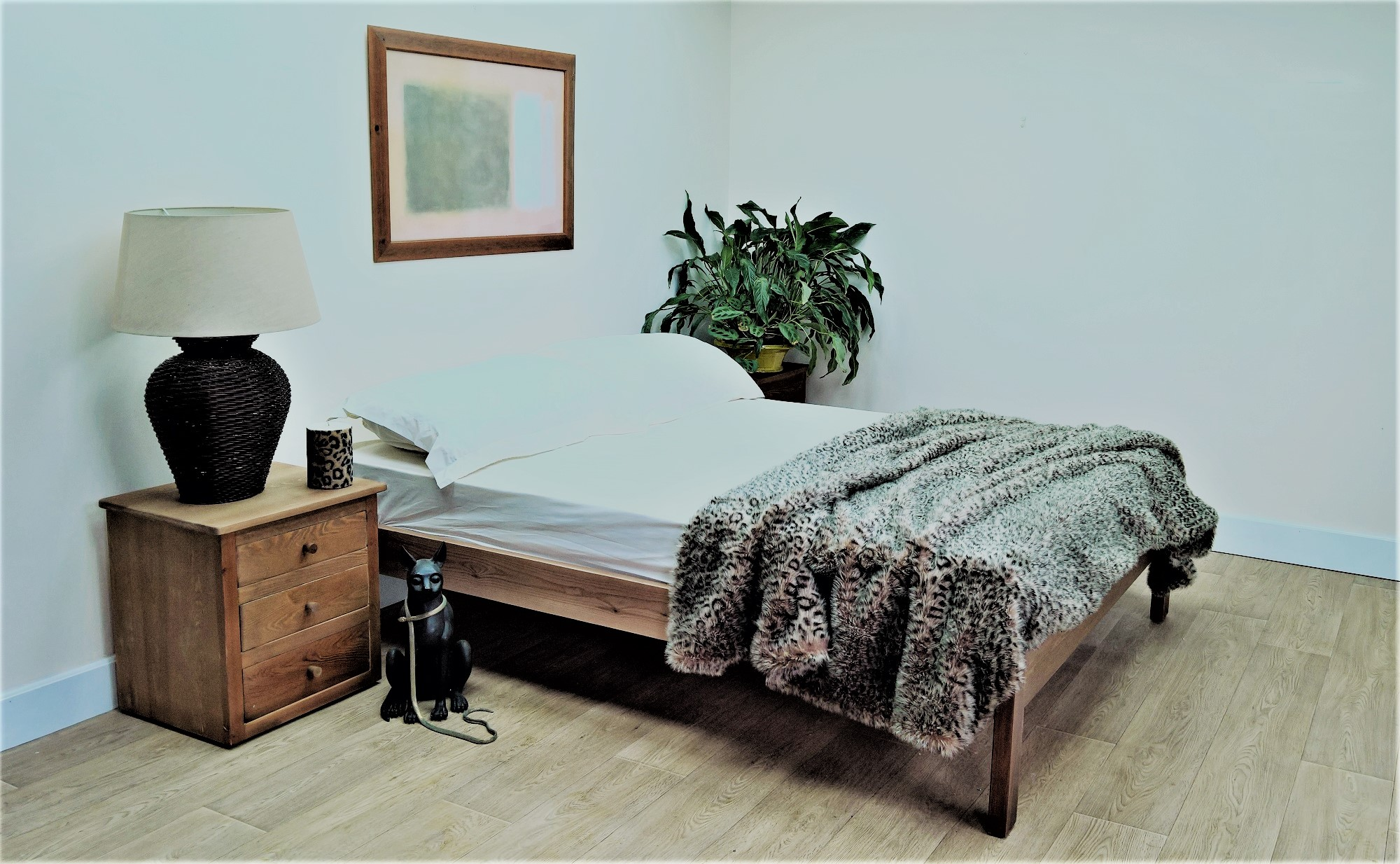 bed with no headboard